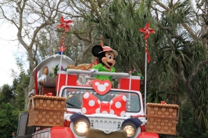 minnie on safari bus
